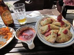 Pierogi z sosem pomidorowym lub czosnkowym
