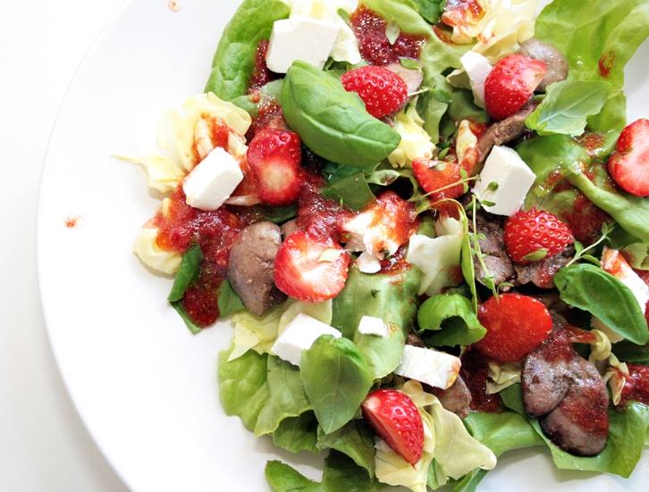 Wiosenna sałatka z truskawkami, fetą i octem balsamicznym